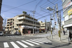 1.国道246号線から江田駅西口側へ進みます。東急ストアを右手に見ながら進むと、十字路に到着します。駅を背に直進します。